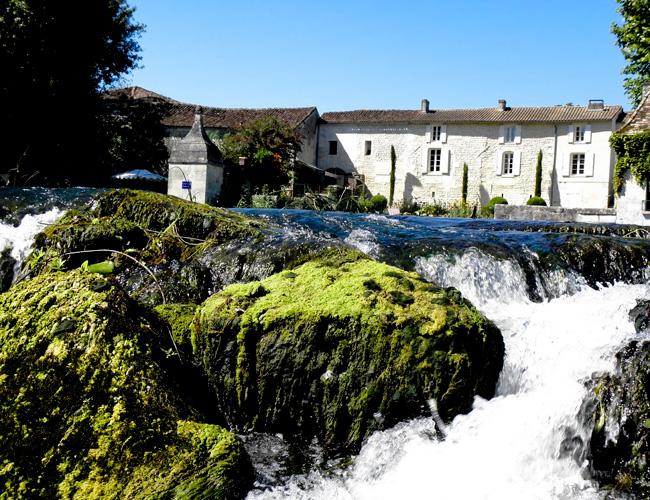 Le logis de La Cascade de Saintonge et la cascade.