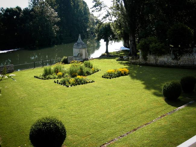 La vue de la chambre sur la Charente et le jardin