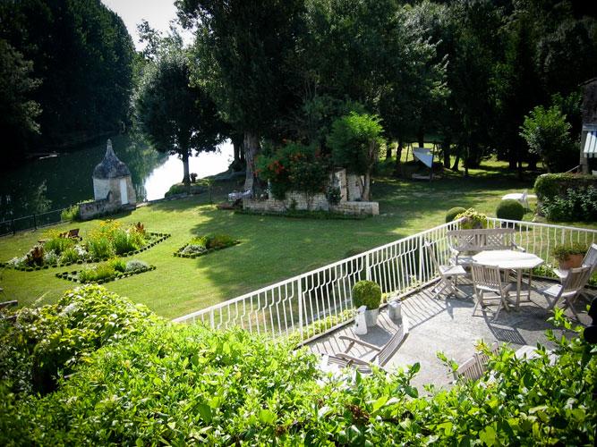 Vue sur le jardin et la terrasse des petits-déjeuners du logis de Saintonge