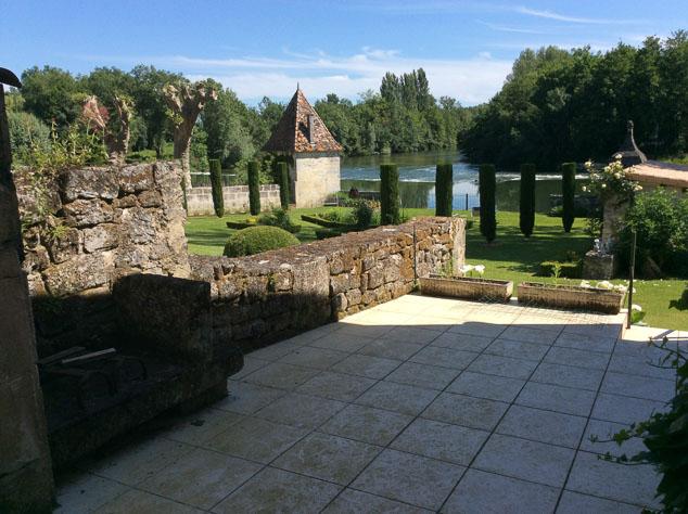 terrasse avec vue sur le jardin et la cascade de notre futur gîte